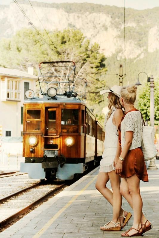 Make up and hair Mallorca Spain, chicas esperando el tren