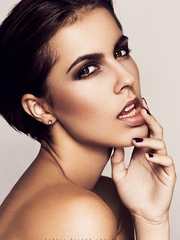 Beautybild mit perfektem Teint, betonten Augenbrauen und dunklem Augenmake up