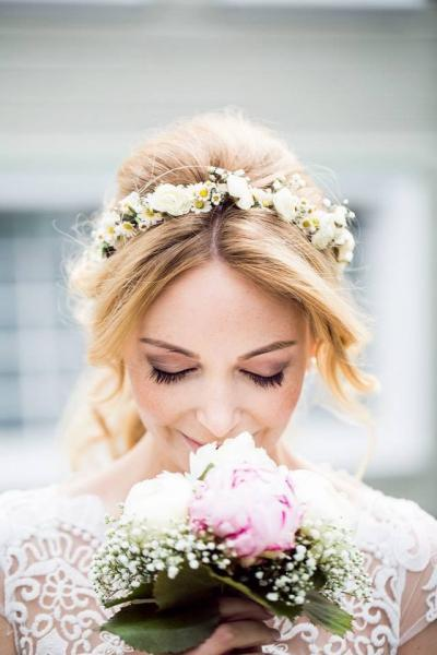 Brautfrisur mit Blumenkranz, Mittelscheitel und leichten Wellen