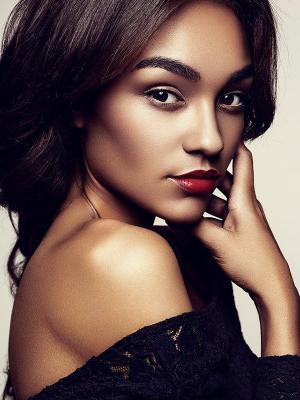 Perfekte Haut, rote Lippen und kräftige Augenbrauen