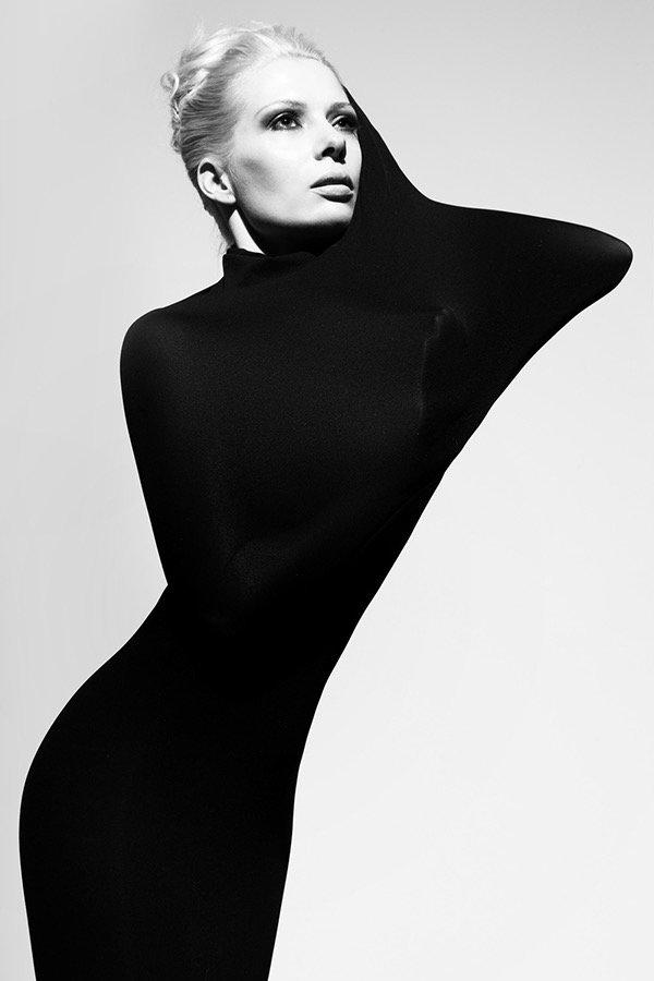 grafisch modern inszenierter Style, klassisch, schlicht gesteckte Frisur