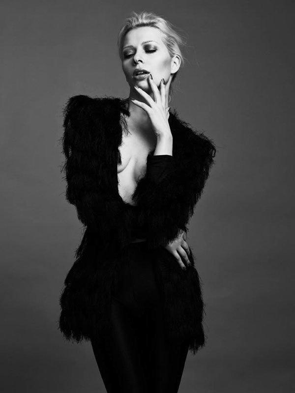 black and white Fashionbild Haare zusammen locker gebunden