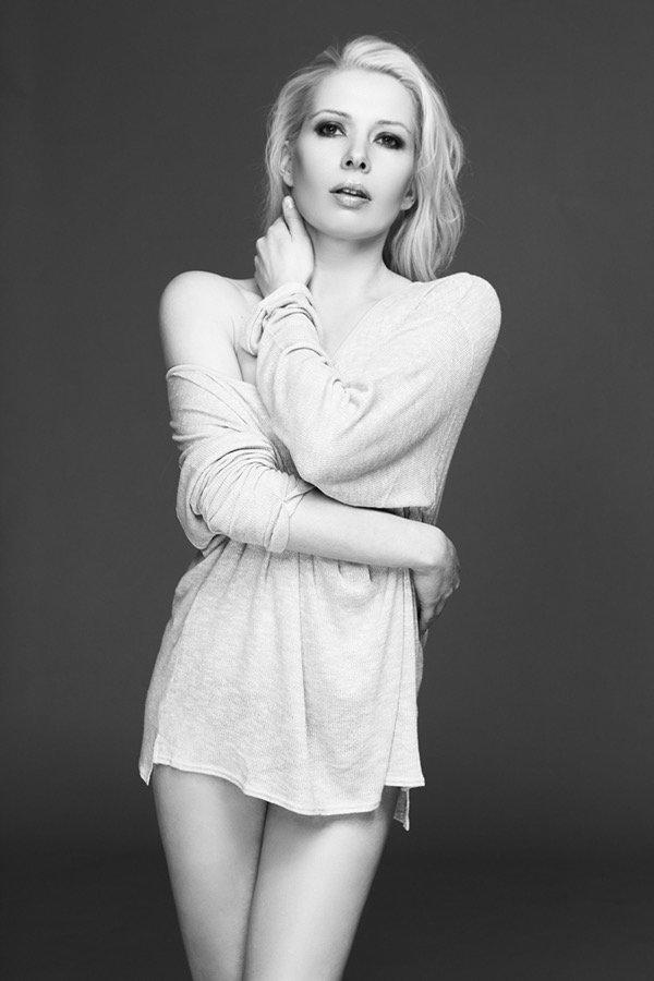 Fashionbild, blondes Model mit leicht gewelltem Haar und oversize Shirt