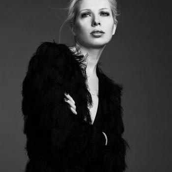 Black and white make-up schwarz weiss Foto mit locker gestecktem Haar und dunklem Lidschatten