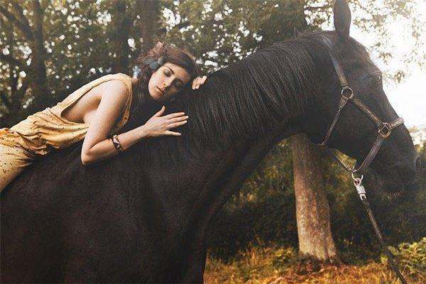 Zopf, Pferde Shooting, Haare und Make up an die Natur angelehnt, Model in Designer Bekleidung