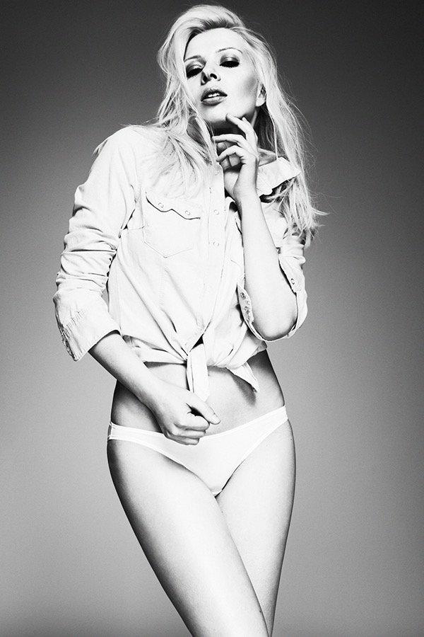 schwarz weiss Foto mit blondem Model im Jeanshemd