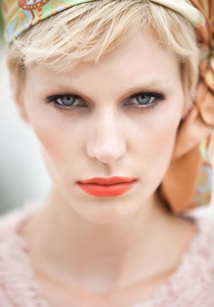 Sommer Beauty mit blonden Augenbrauen und kurzen Haaren