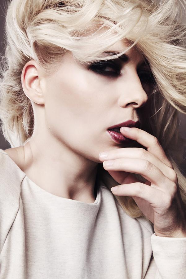 Fashion Make up mit rauchig und dunkel geschminkten Augen