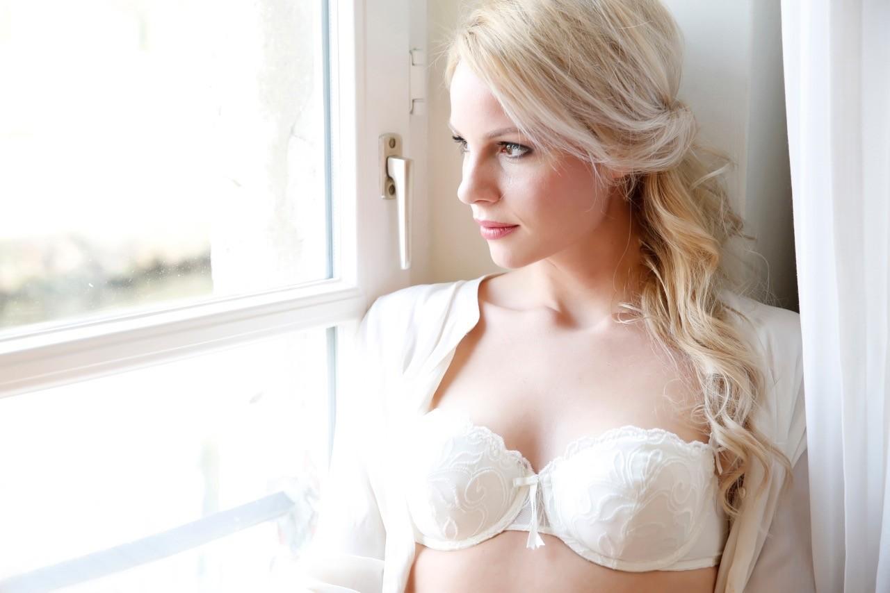 Body make up, blondes Model in weissem Spitzen BH
