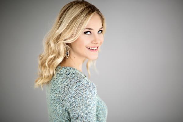 Life Style Portrait, Studio Aufnahme blondes Model mit Wellen und hellem Lippenstift