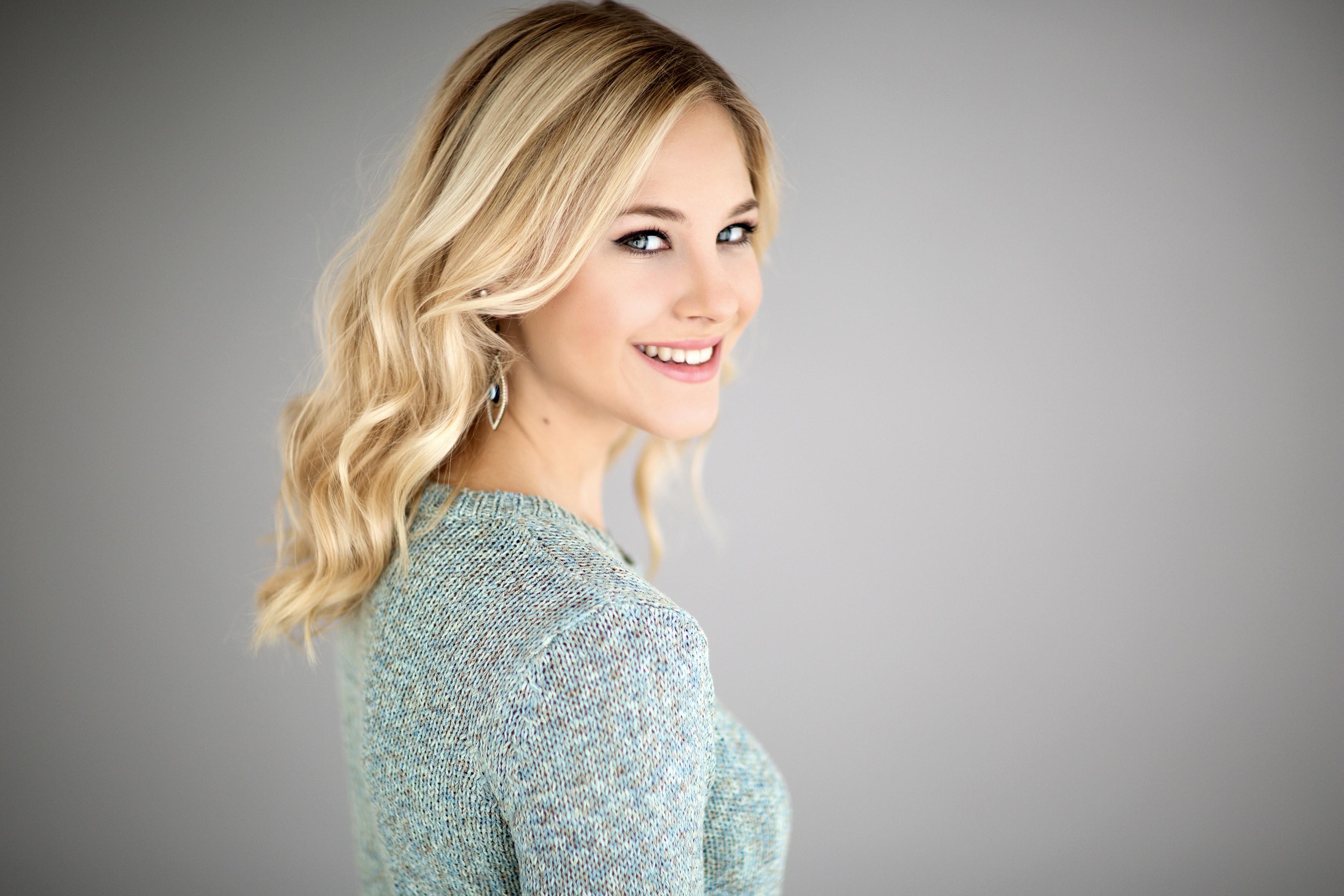 Life Style Portrait, Studio Aufnahme blondes Model mit Wellen