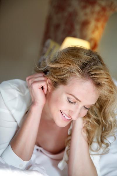 Dessous Fotos romantischer Look, leichtes natürliches Make up Model mit Locken und Hemd