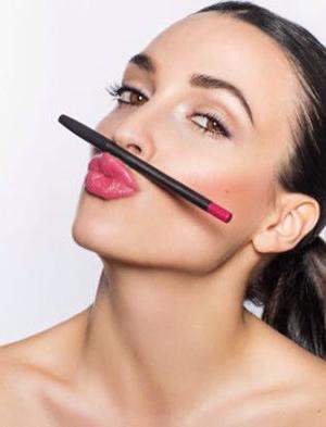 Make up Artist für Beauty Aufnahmen, Model mit Pferdeschwanz frischem Rouge, zartem Highlighter und Lippen in Rose