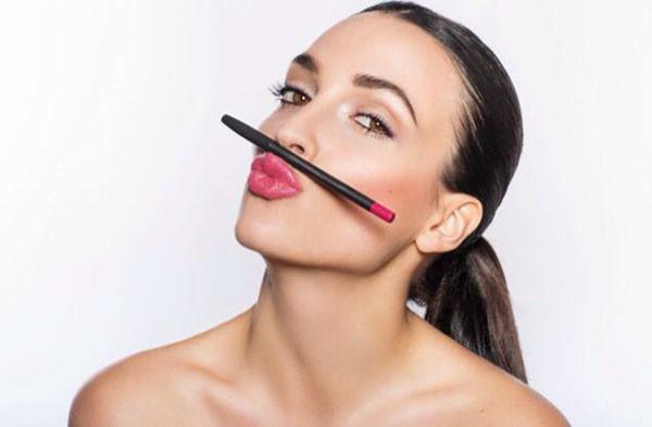 Make up Artist für Beauty Aufnahmen, Model mit Pferdeschwanz und Lippen in Rose