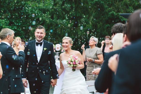 Hochzeits make up frisch, leicht, Brautfrisur geflochten, Seifenblasen Hochzeitsbild
