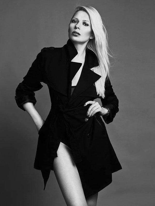 Fashion schwarz weiss, lange glatte blonde Haare, natürlich gestylt