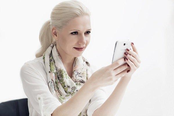 make up kommerziell, klassisch, blondes Model mit Pferdeschwanz