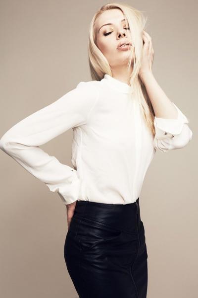 Blondes Model mit langen Haaren, glattem natürlichen Styling, Make up Farben in Brauntönen, Lippen in Nude, Make up Artist, Düsseldorf