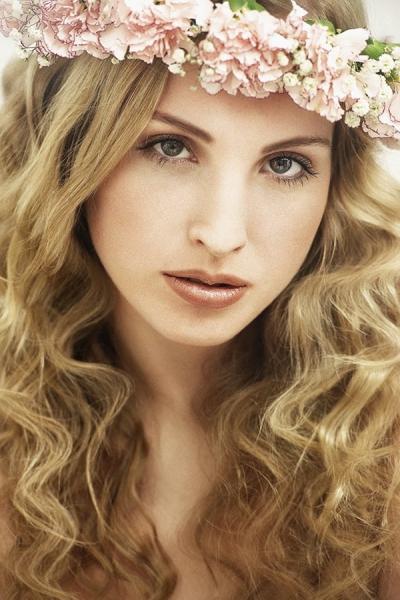 Beauty mit Blumenkranz, romantisches, zartes, natürliches Make up