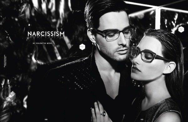 Schwarz weiß Bild eines dunkel, rauchig geschminkten Brillenmake ups
