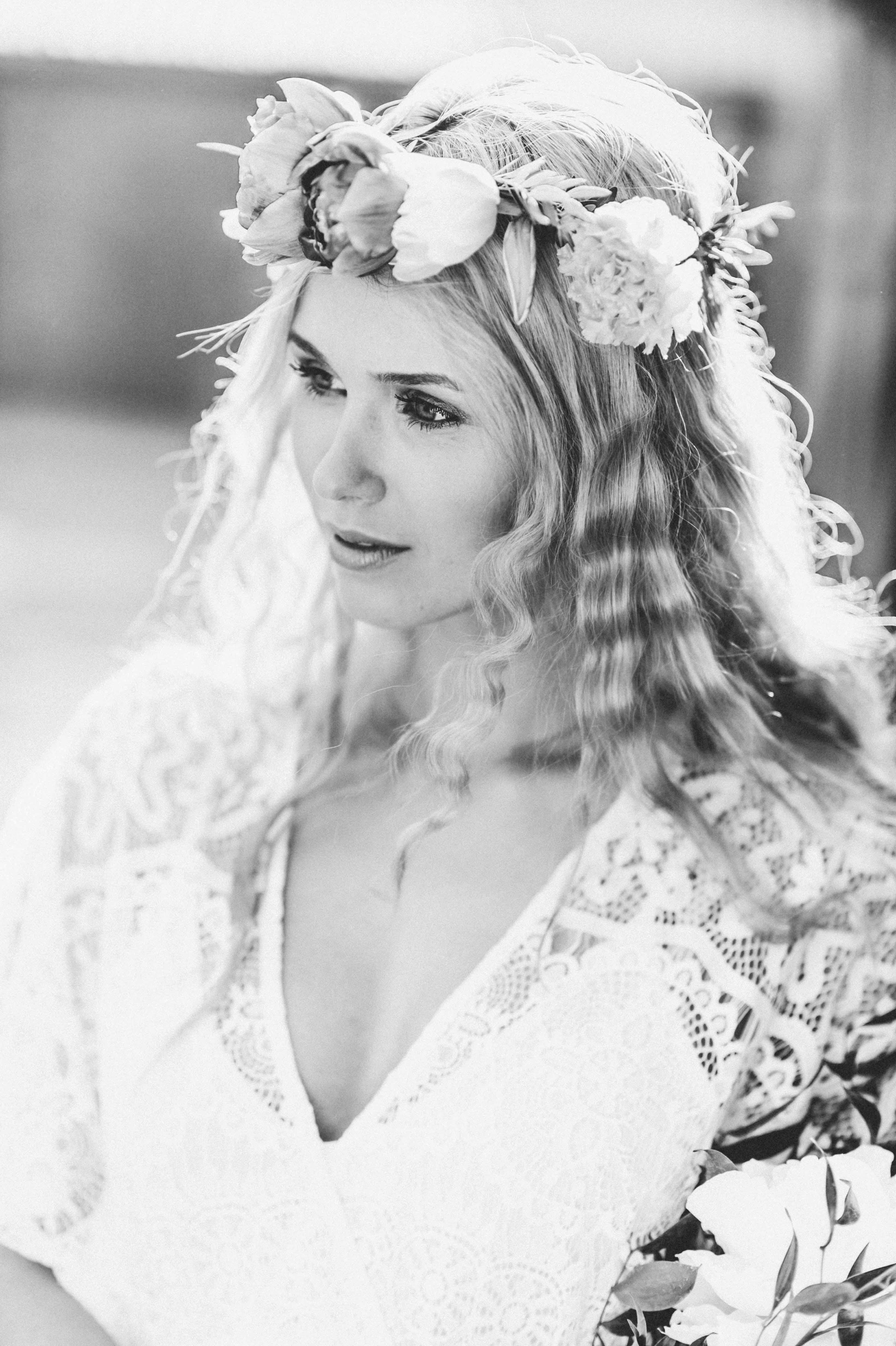 romantisches schwarz weiß Portrait, blondes Model mit Blumenkranz