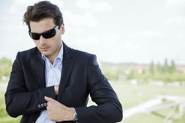grooming, Businessfoto outdoor Aufnahmen, Life Style Bild, Mann mit Anzug und Sonnenbrille