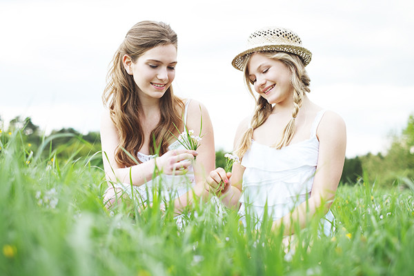 Zöpfe, leichte Wellen, life Style Bild Mädchen auf Blumenwiese