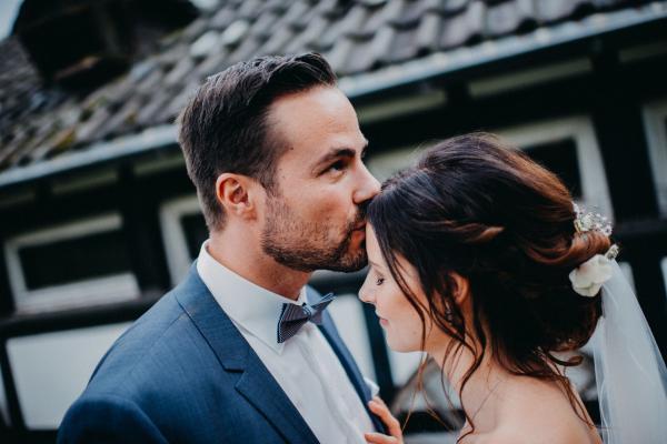 Brautfrisur mit Schleierkraut Hochzeitsfoto in schwarz weiss