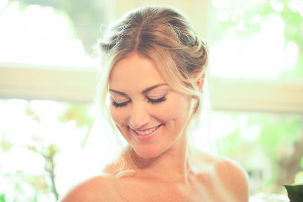 Hochzeits make up in sanften Tönen, romantische geflochtene Frisur