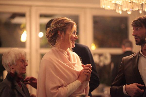 Locker gesteckte Brautfrisur mit kranzartig eingearbeitetem Schleierkraut