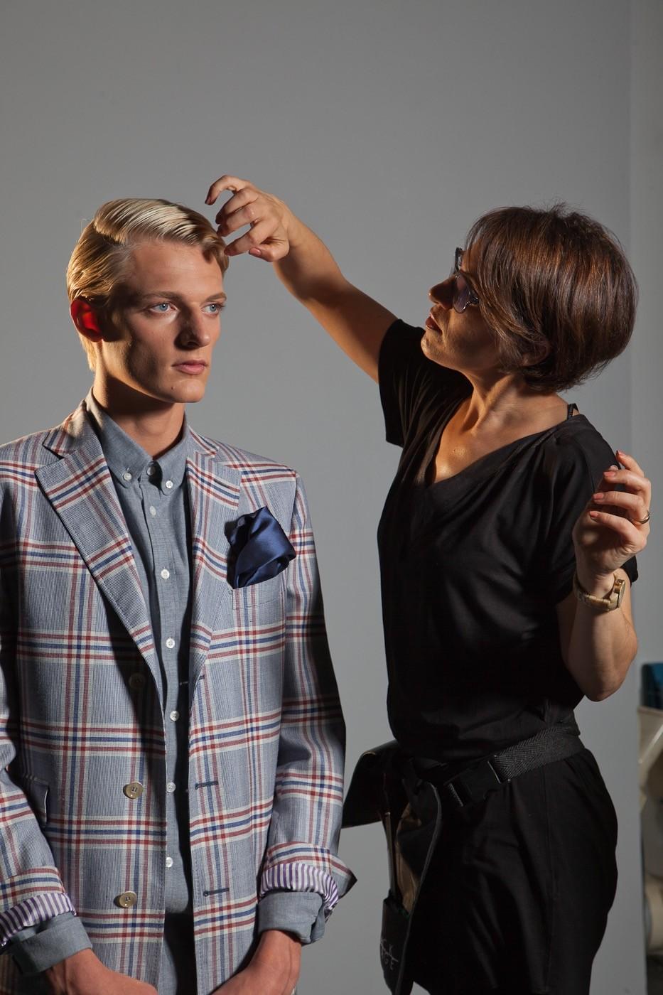 hairstyling, blondes Männermodel in karriertem Anzug