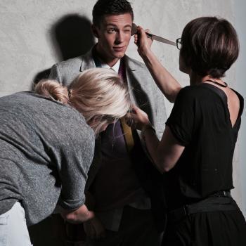 Making of, Modeshooting, Coat Hooked, online Magizin Veröffentlichung Männer Model in coolem Anzug mit Stylistin und Visagistin