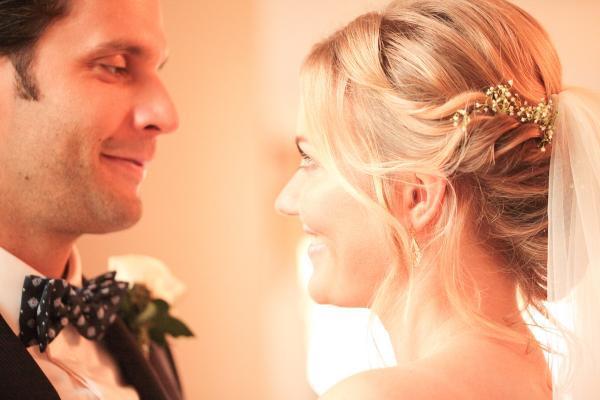 Braut gedrehte, getwistete Haare mit Schleierkraut