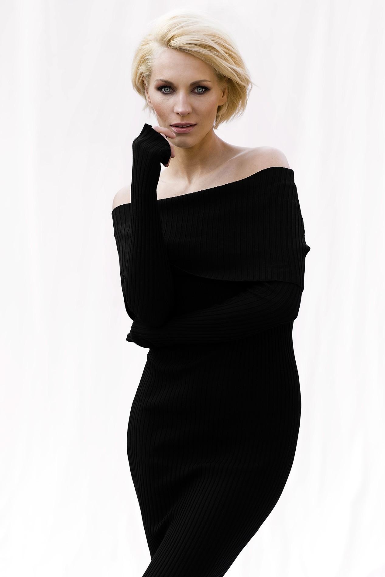 Model mit rauchigen blauen Augen und blonden kurzen Haaren