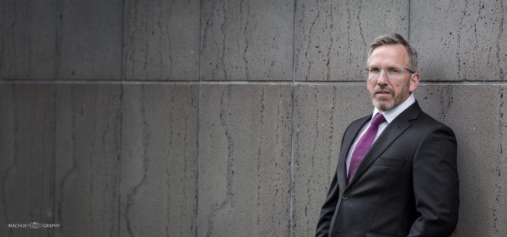 Männermake up und Stylingunterstützung für Business portraits