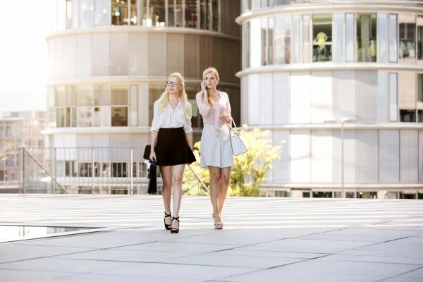 Stock make up und hairstyling, zwei female Models im femininen Businesslook, Life Style Bild aufgenommen im Medienhafen in Düsseldorf