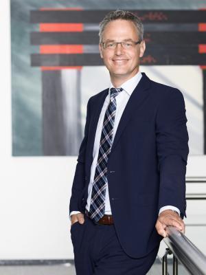 Bei Ihrem Firmenshooting optimiere ich Haut und Frisur, achte auf Ihre Garderobe und berate bei Stylingfragen, wenn Sie mögen, prof. Visagistin Düsseldorf