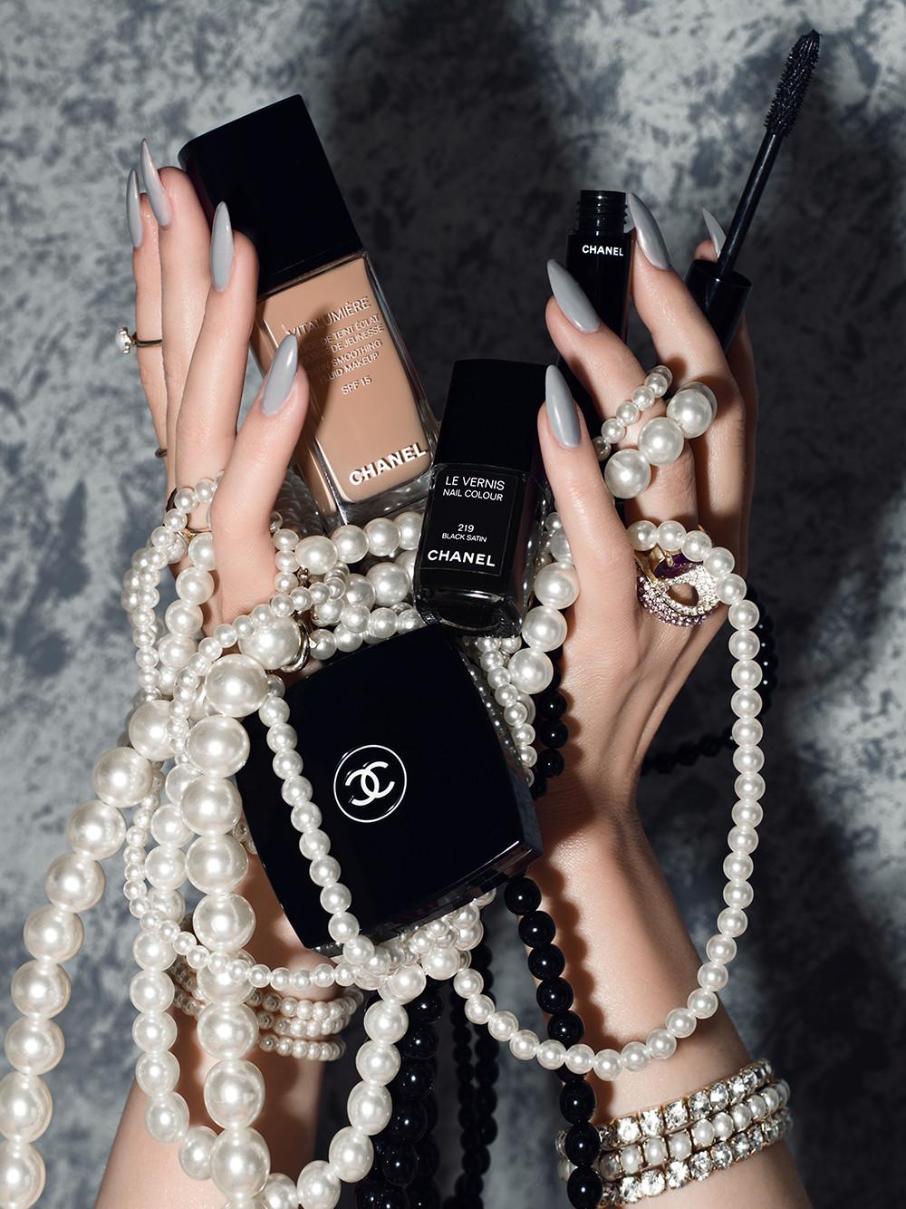 Visagistin Hand Make up, Maniküre, Nägel in grau