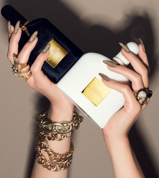 Nagellack gold glitzernd, sanfter Glow auf der Haut