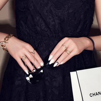 Hand Make up und Maniküre, Fingernägel in schwarz weiß