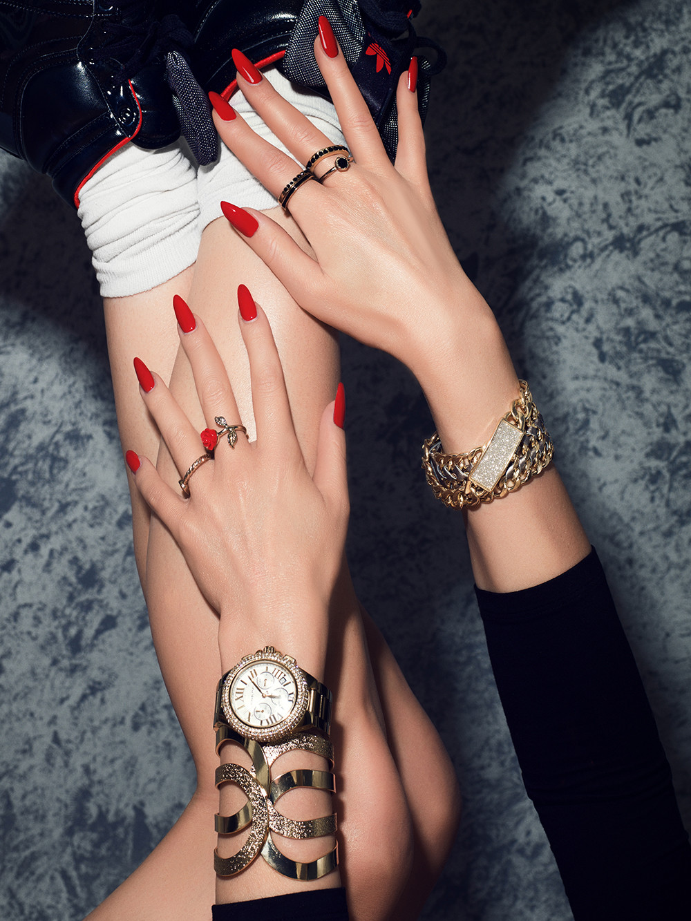 Hand and Body make up, rote Nägel, strahlender Teint