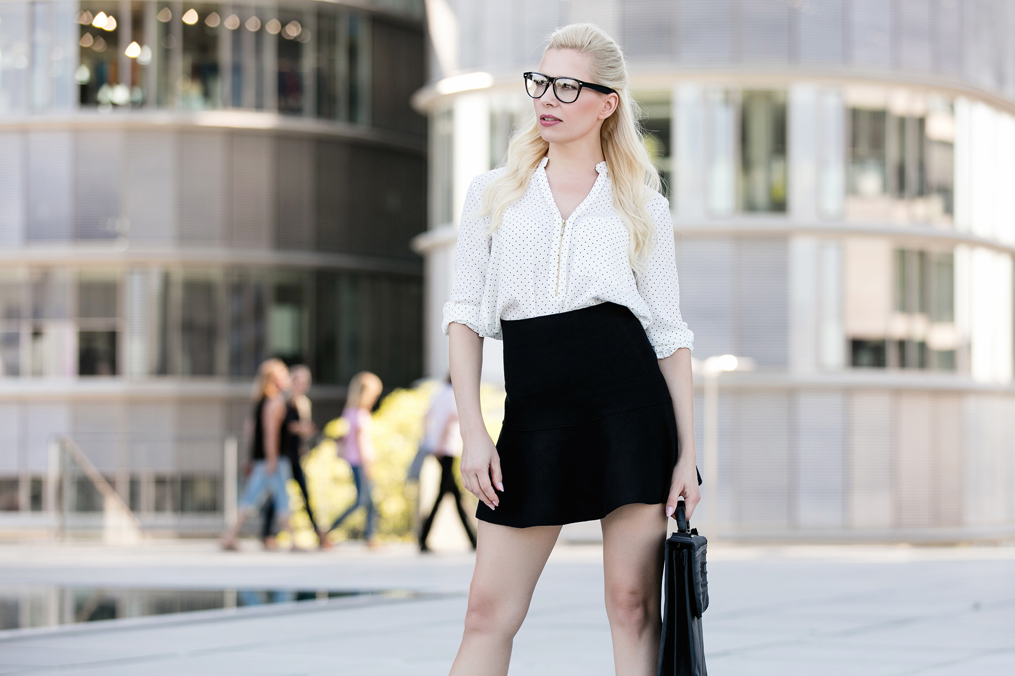 Business Style, Stockfotografie, Model mit kurzem Rock und Brille