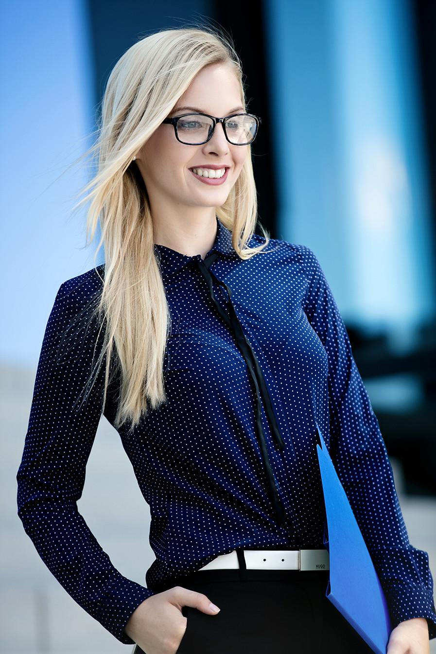 Business Styling, Aussenaufnahme Model mit Brillenmake up