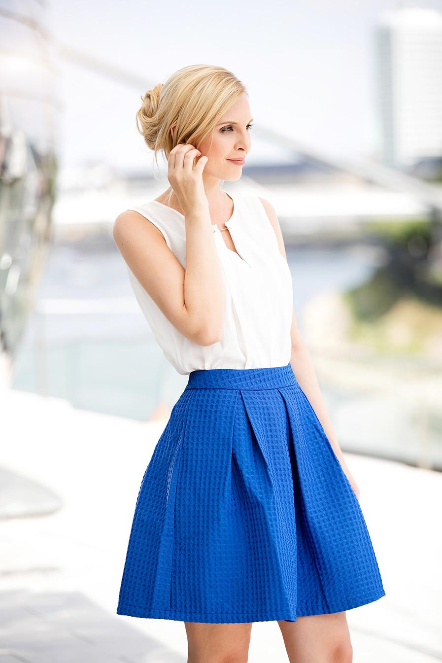 Life Style hair and make up, blondes Model mit locker gesteckten Haaren