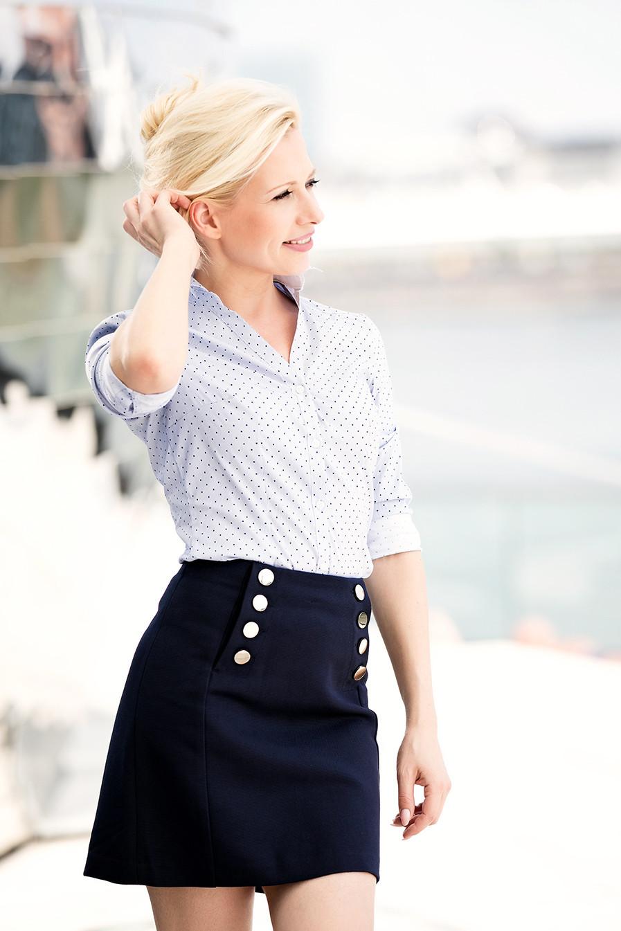 Businesslook gesteckte Haare, blondes Model mit kurzem Rock und Bluse