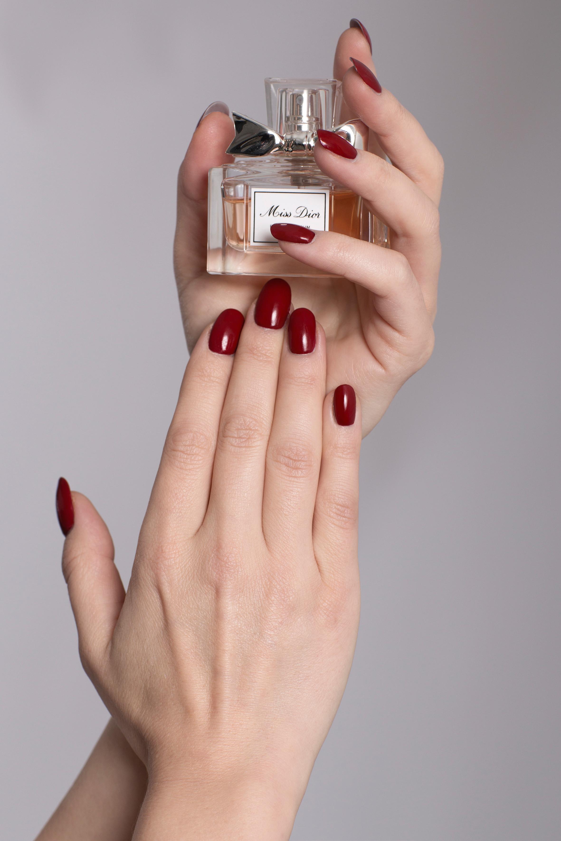 Visagistin Hand Make up, Nägel in dunklem rot lackiert