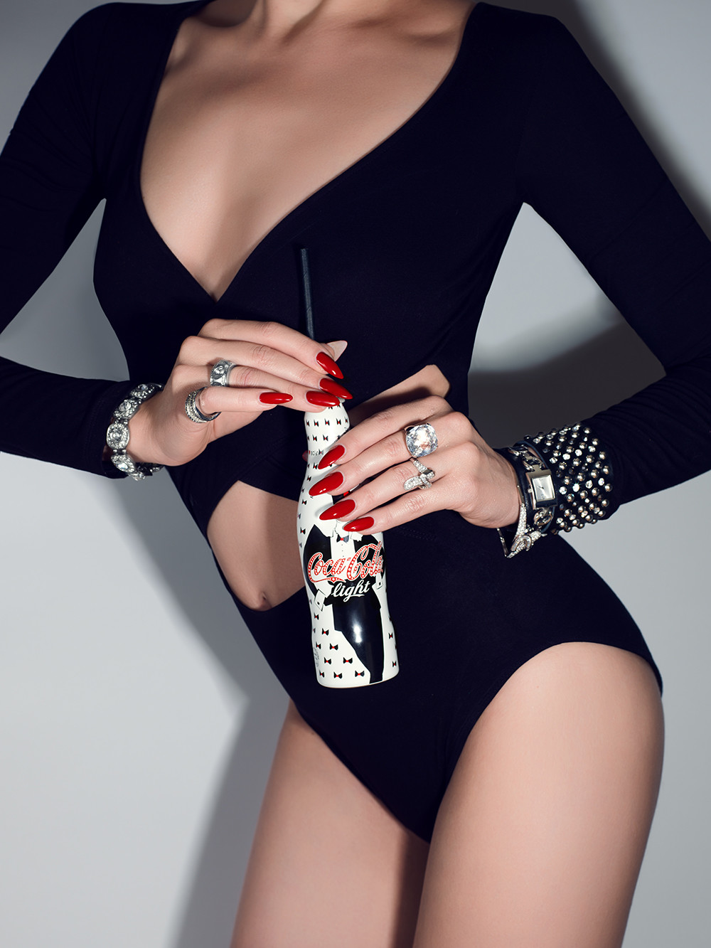 Hand und Körper make up, Model in schwarzem Body und roten Nägeln