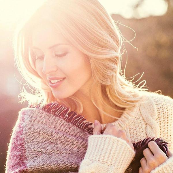Make up Artist Lifestyle, Portrait von blondem Model mit leichten Wellen im Winterlook