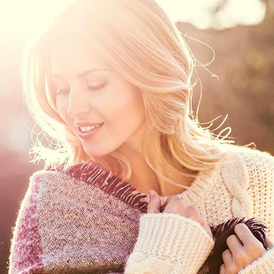 Make up Artist Lifestyle, blondes Model mit leichten Wellen im Winterlook