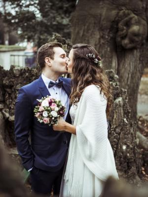 Bohohochzeit, romantische Winterhochzeit halboffene Haare, Blumenkranz